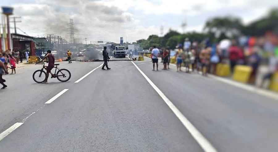 Protesto bloqueia a BR-232 no bairro do Curado, na Zona Oeste do Recife