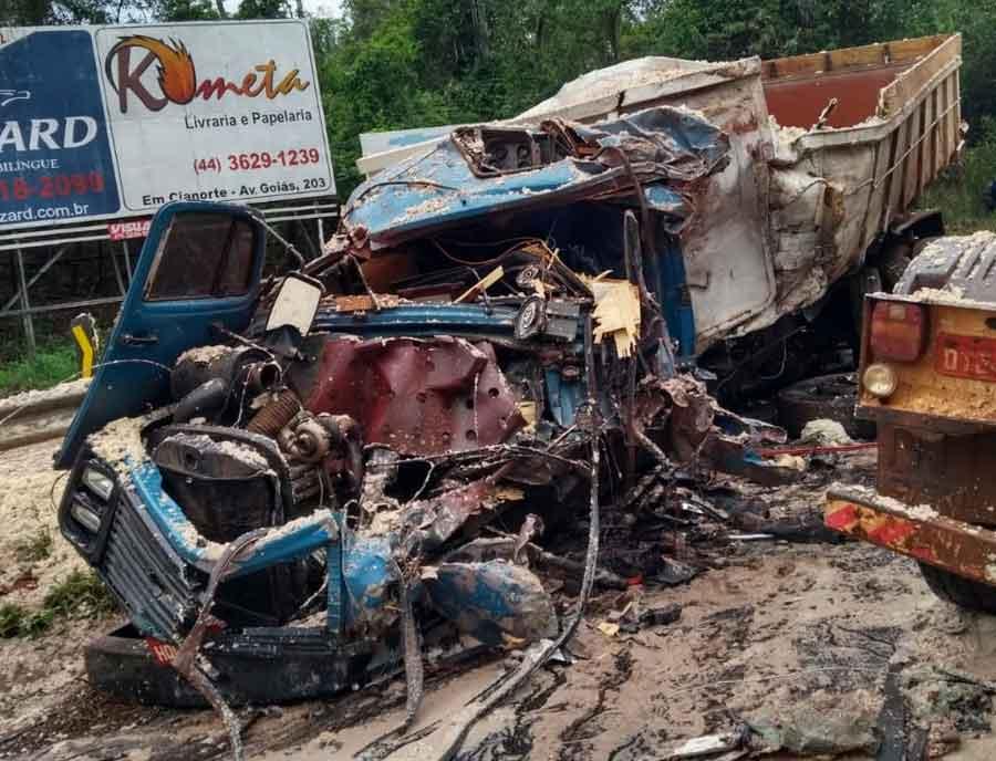 PR: Dois motoristas de caminhão, morrem em colisão frontal na PR-082