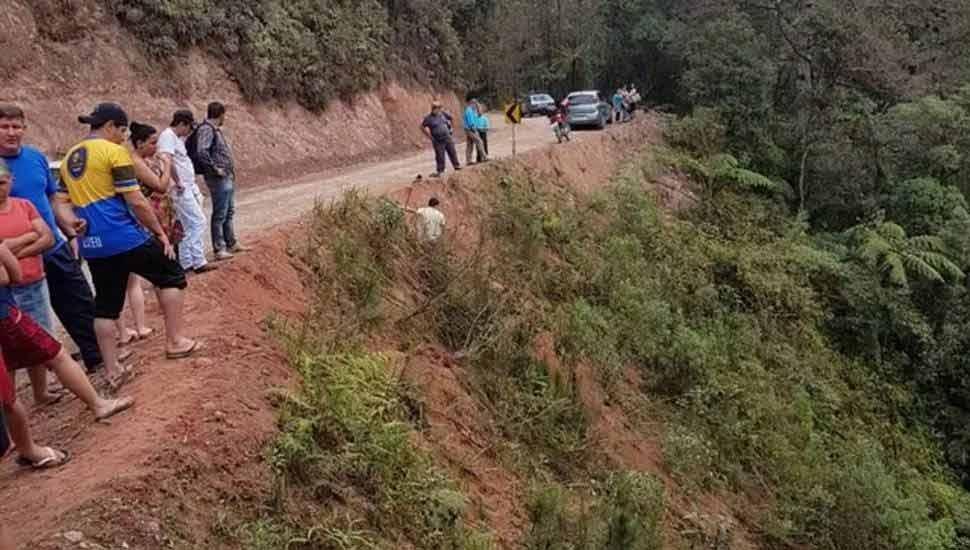 Sobe para seis o número de mortos em acidente com veículo que caiu de ribanceira na Região de Curitiba