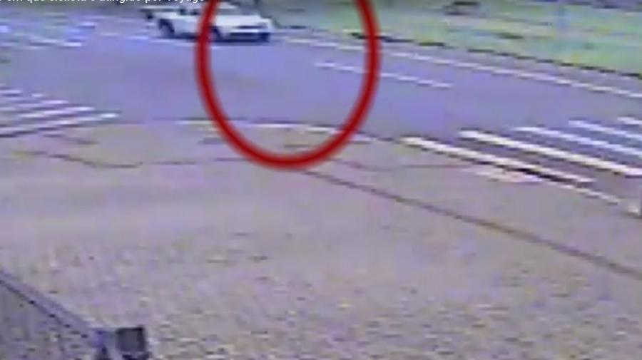 Câmeras flagram carro andando na contramão e atropelando 2 ciclistas em Cascavel - PR