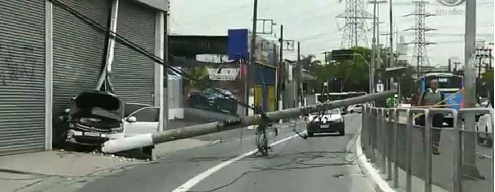 Carro derruba poste e bloqueia Avenida Atlântica nesta segunda-feira (21/10)