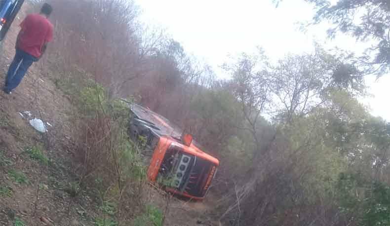 Quatro pessoas morrem em tombamento de ônibus na BR-135 no Sul do Piauí