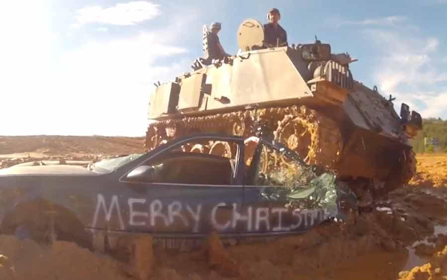 Estressado com o trânsito: esmagar carros com um tanque pode ser a solução!