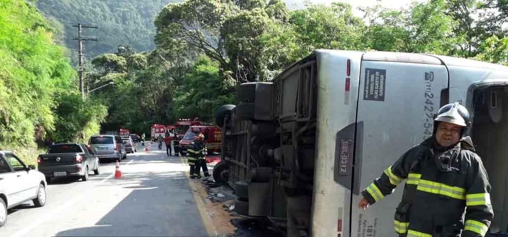 Ônibus com time de Rugby tomba na Rio-Santos e uma garota de 13 anos morre