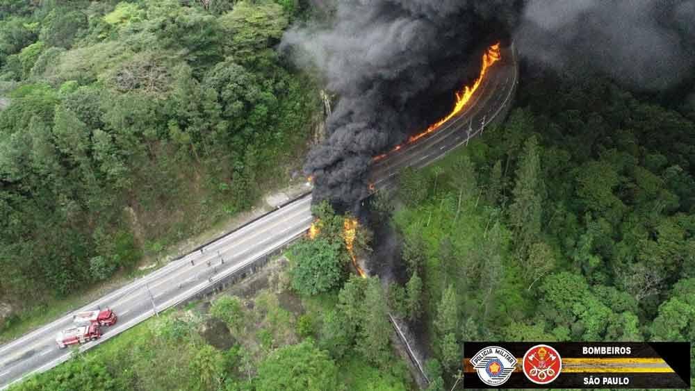 Acidente em trecho de serra da Tamoios deixa um morto e causa incêndio, pista está totalmente bloqueada nos dois sentidos