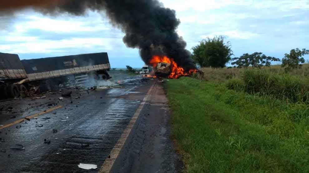 Colisão entre carretas e carro deixa um morto e interdita BR-163 no Médio Norte de Cuiabá