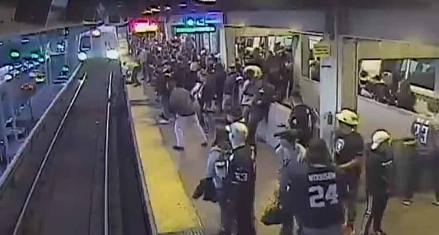 Passageiro é salvo segundos antes de metrô passar na Califórnia, veja o vídeo