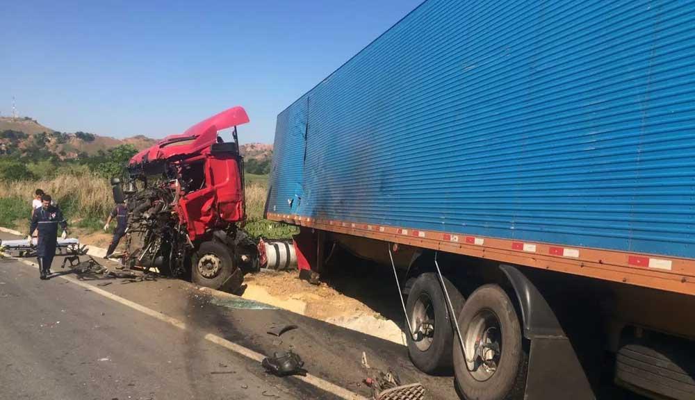 MG: Acidente entre carreta e ônibus deixa sete pessoas feridas na BR-381, em Naque - MG