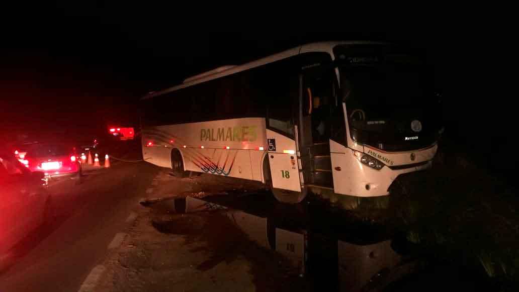 Acidente entre ônibus e dois carros deixa quatro mortos na RS-040, em Viamão - RS,