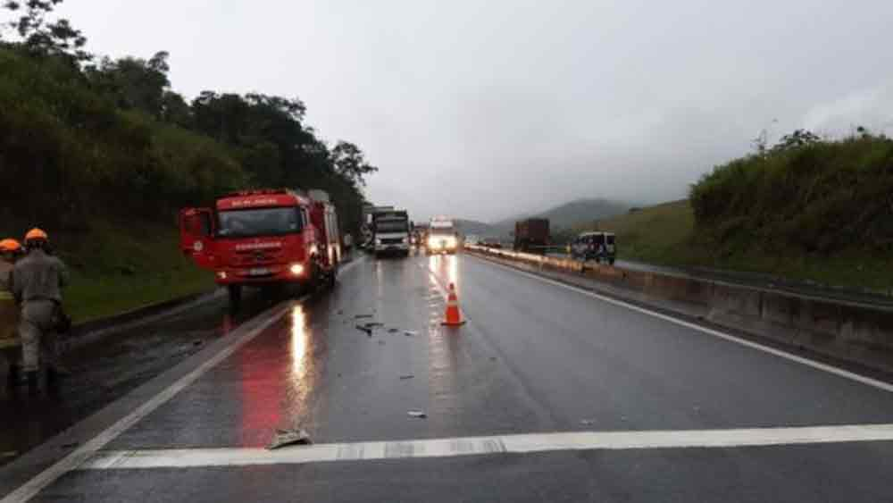 Via Dutra: Acidente entre dois caminhões deixa um ferido e pista totalmente interditada