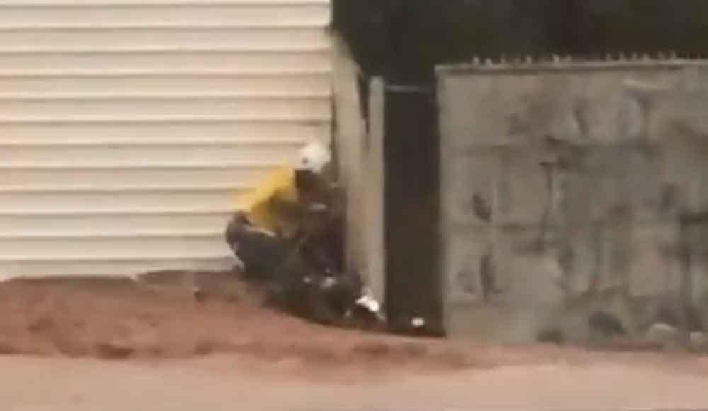 Homem tenta impedir, mas tem moto arrastada por enxurrada em Campo Grande