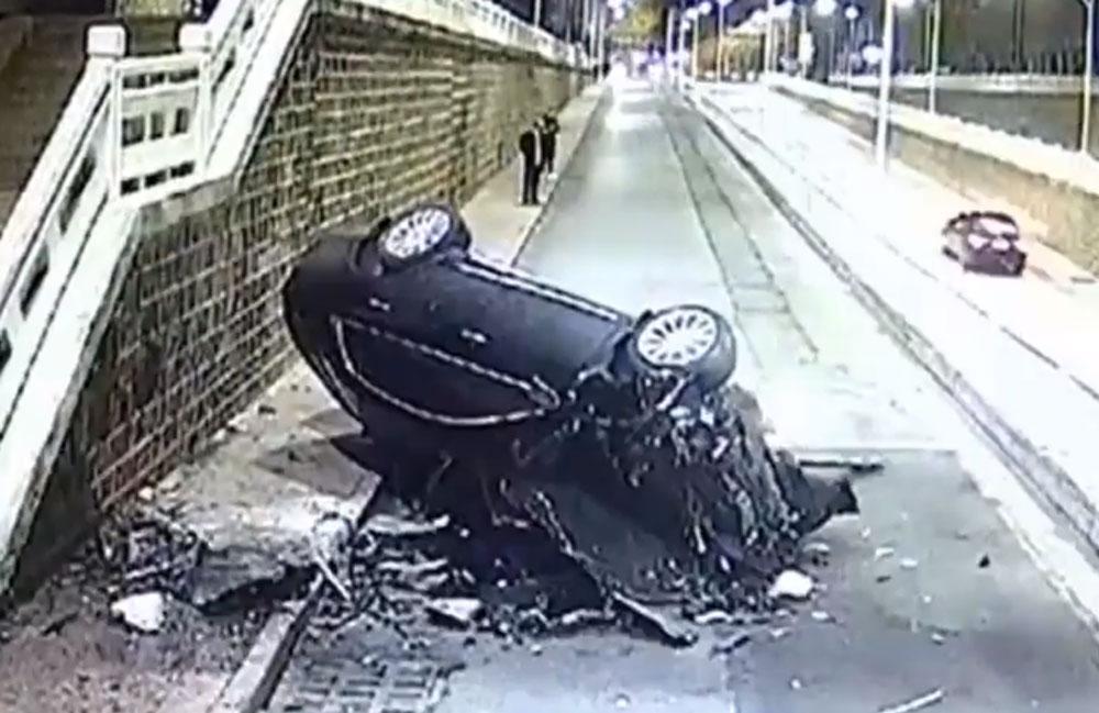 Vídeo: motorista acelera demais por engano e voa contra o muro