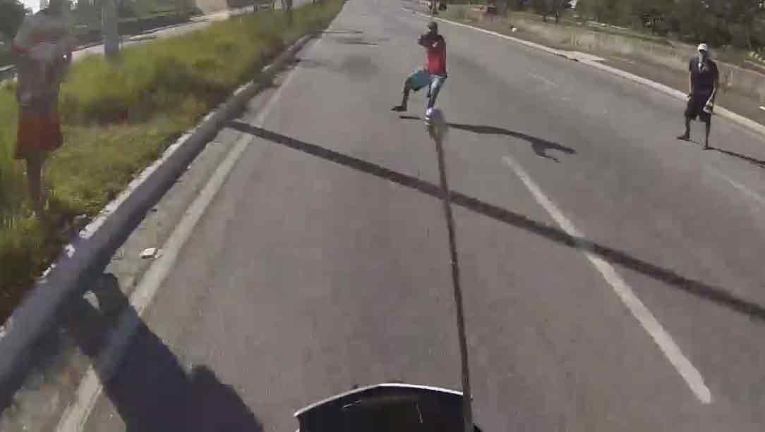 Motociclista foge de tentativa de assalto na Jacu Pêssego. Veja o vídeo