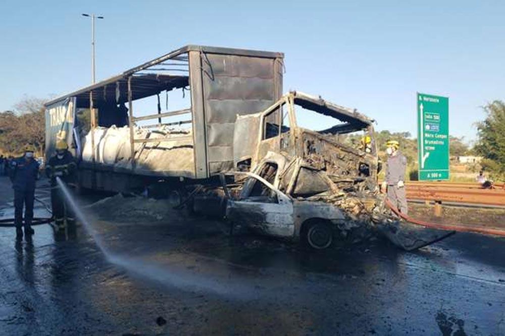 Duas pessoas morrem carbonizadas em grave acidente entre caminhão e carro na Fernão Dias, em Betim. Foto: Corpo de Bombeiros / Divulgação