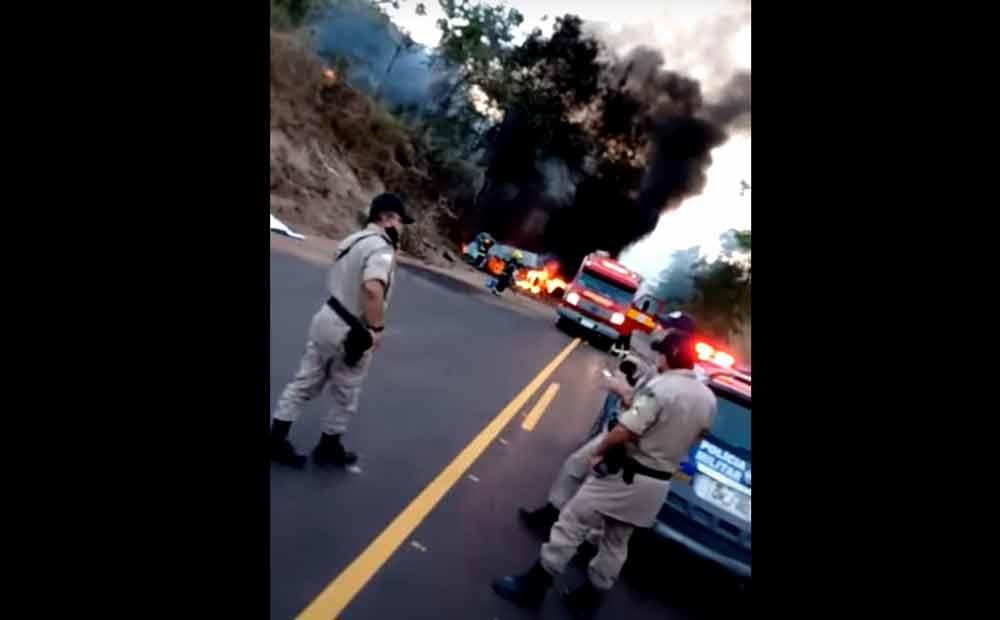 Caminhão atinge ciclista, bate e pega fogo na TO-080. Foto: reprodução Youtube