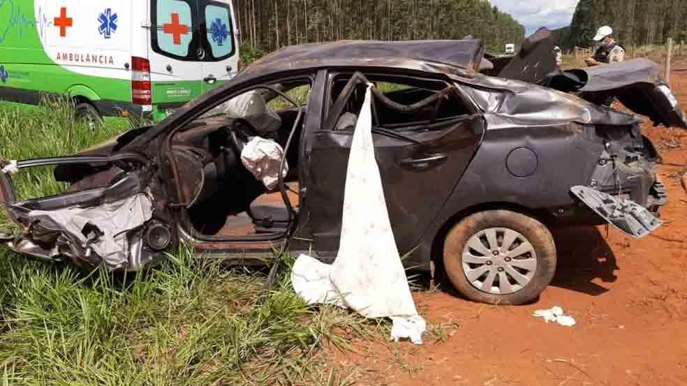 Idoso morre após dormir ao volante e capotar veículo em Douradoquara; neto ficou ferido. PMR/ Divulgação