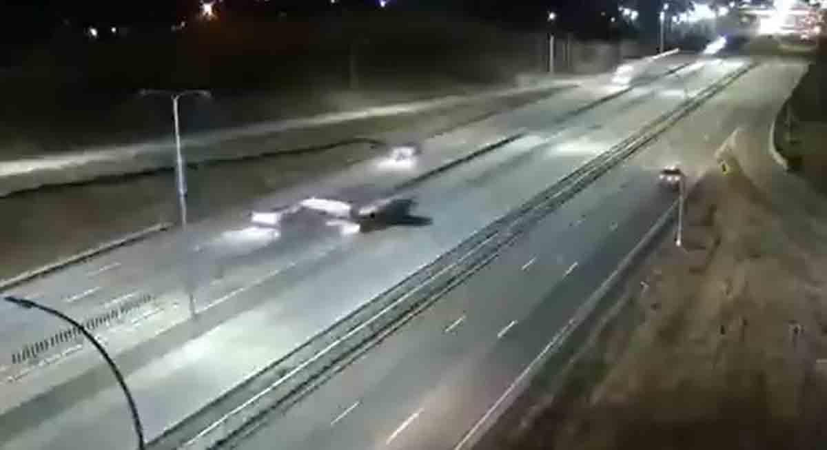 Avião faz pouso noturno em rodovia nos Estados Unidos; veja o vídeo. Foto: Reprodução Twitter