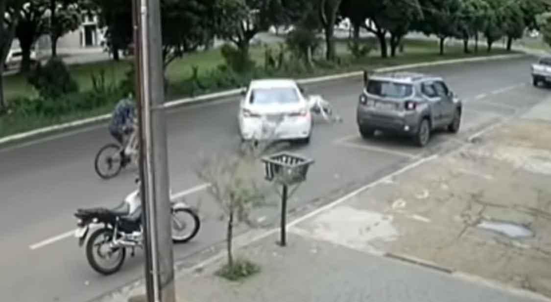 Motorista agride e atropela mulher durante briga de trânsito. Foto: reprodução Yputube