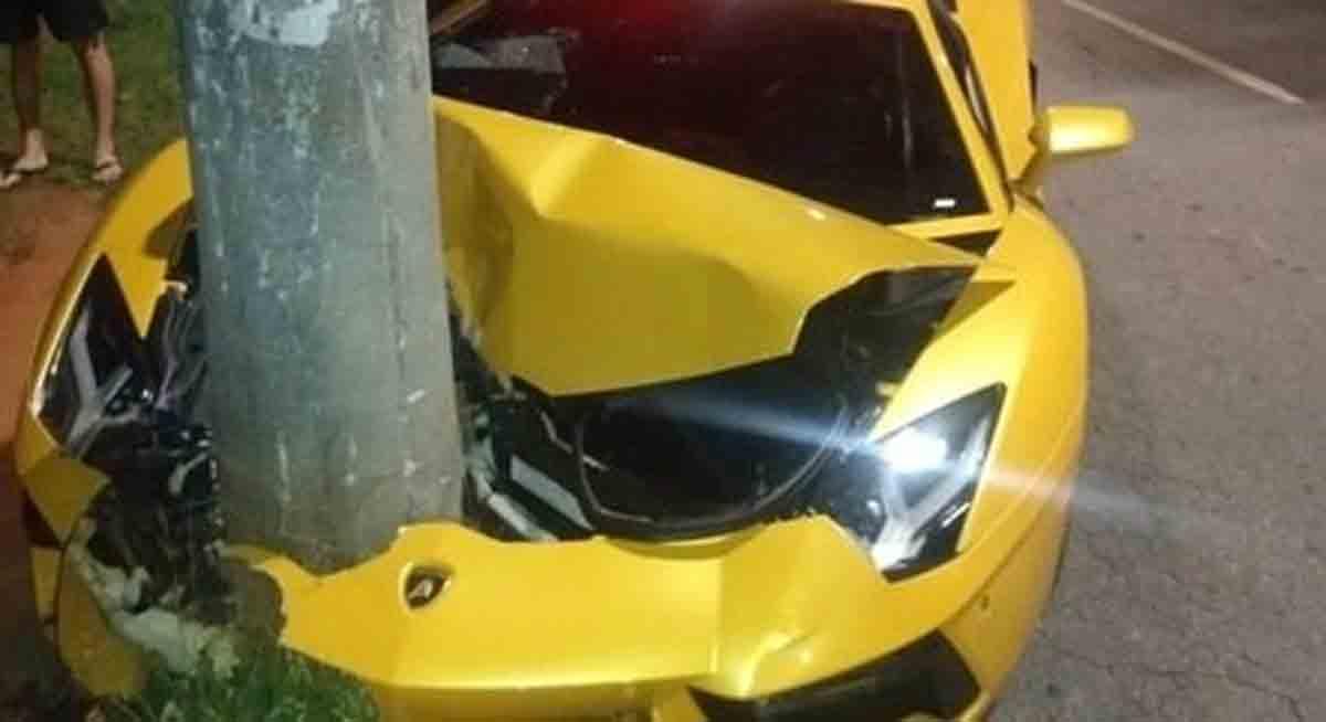 Motorista bate Lamborghini em poste e foge sem o carro no bairro Milionários em Belo Horizonte. FOTO: REPRODUÇÃO/RECORD TV MINAS