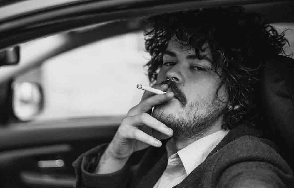 Atirar a bituca de cigarro pela janela carro, pode dar multa de R$ 1.200 e prisão. Foto: Pexels