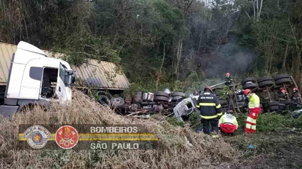Um acidente envolvendo três caminhões sendo um deles um caminhão tanque deixou uma pessoa morta e interditou um trecho de 9 quilômetros (do km 27 ao km 36) na rodovia Anchieta, em São Paulo. Foto: Corpo de Bombeiros de São Paulo