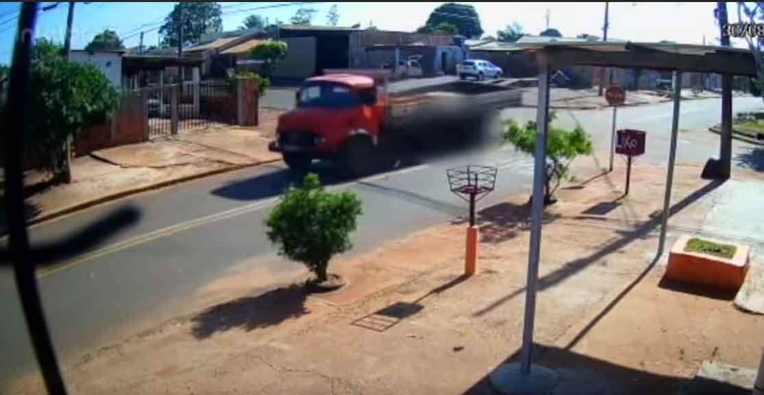 VÍDEO: caminhoneiro não respeita placa de pare e mata motociclista em Campo Grande. Foto: Reprodução Youtube