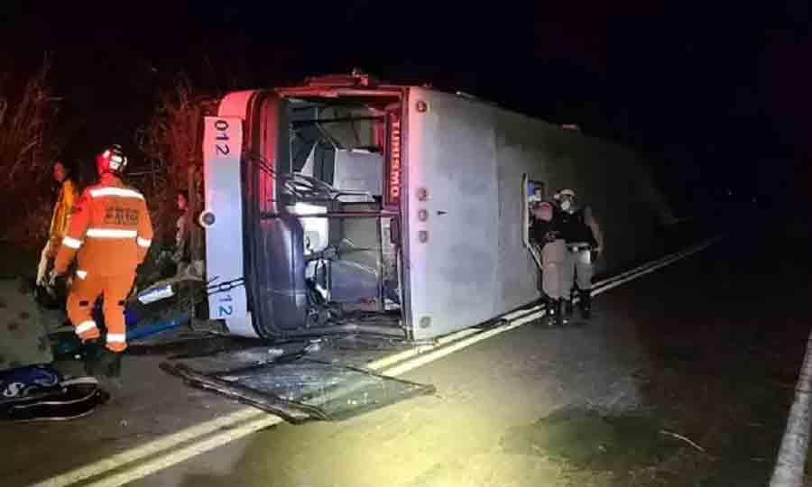 Ônibus que levava 20 pessoas para uma festa  tomba em rodovia do Triângulo Mineiro. Foto: Corpo de Bombeiros/Divulgação