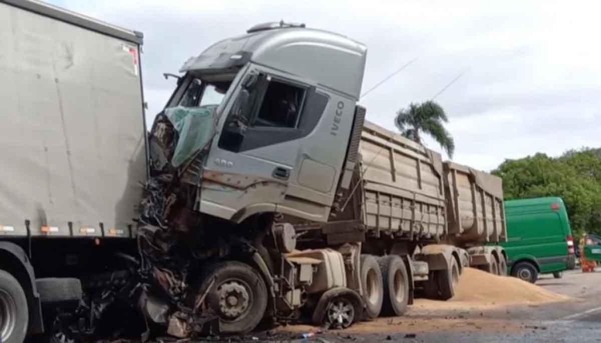Acidente na BR-476 entre três caminhões e cinco carros deixa três mortos. Foto: Reprodução/TV BAND