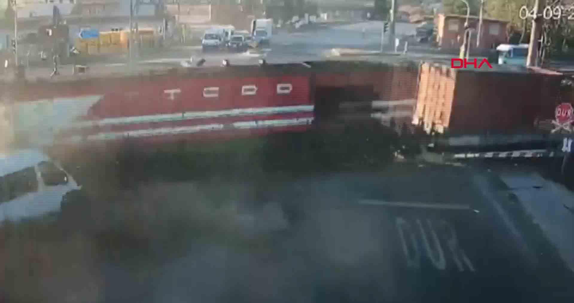 Colisão entre trem e microônibus deixa seis mortos. Foto: Reprodução