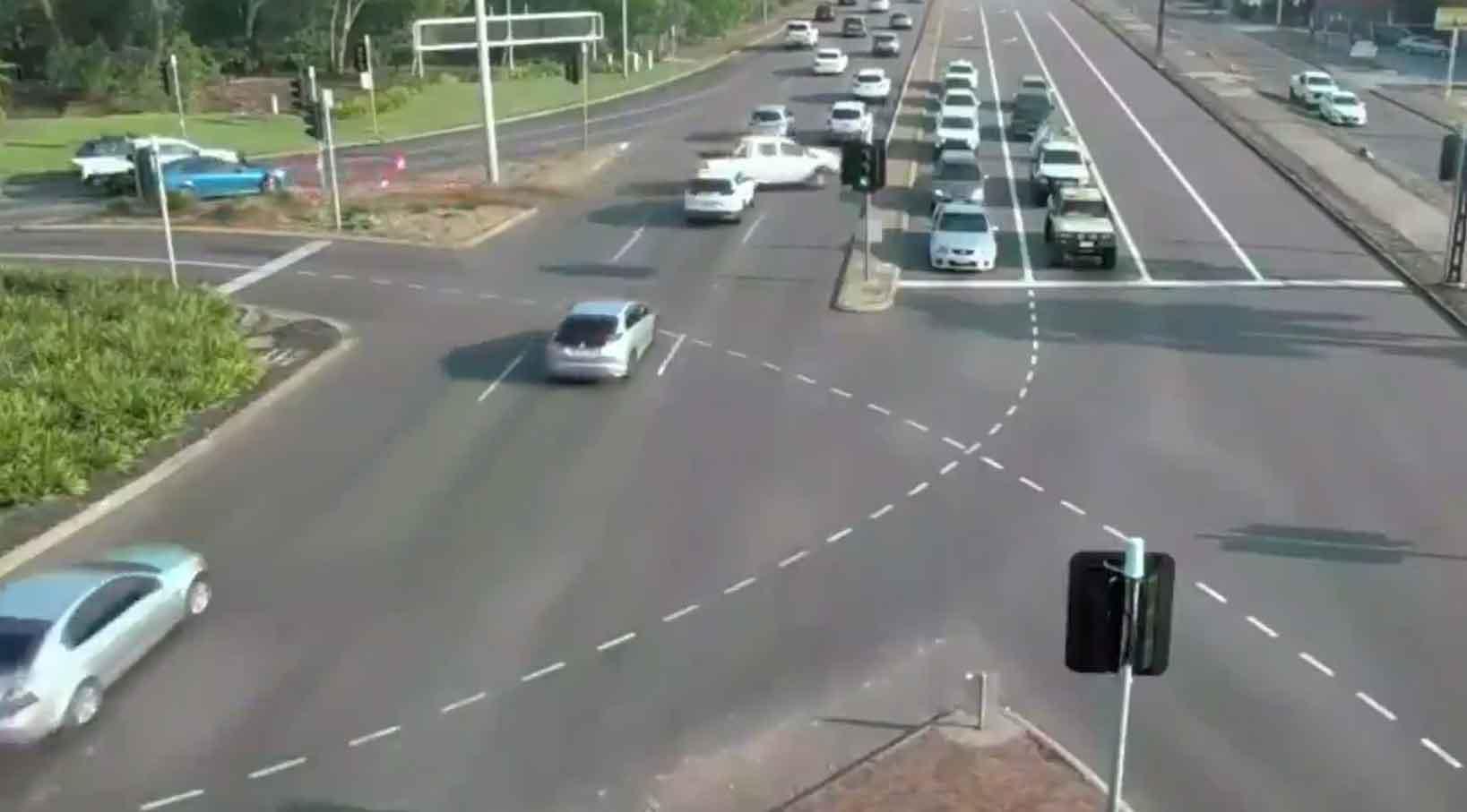Picape fora de controle atravessa nove pistas em rodovia cheia de carros; veja o vídeo. Foto: Reprodução Twitter