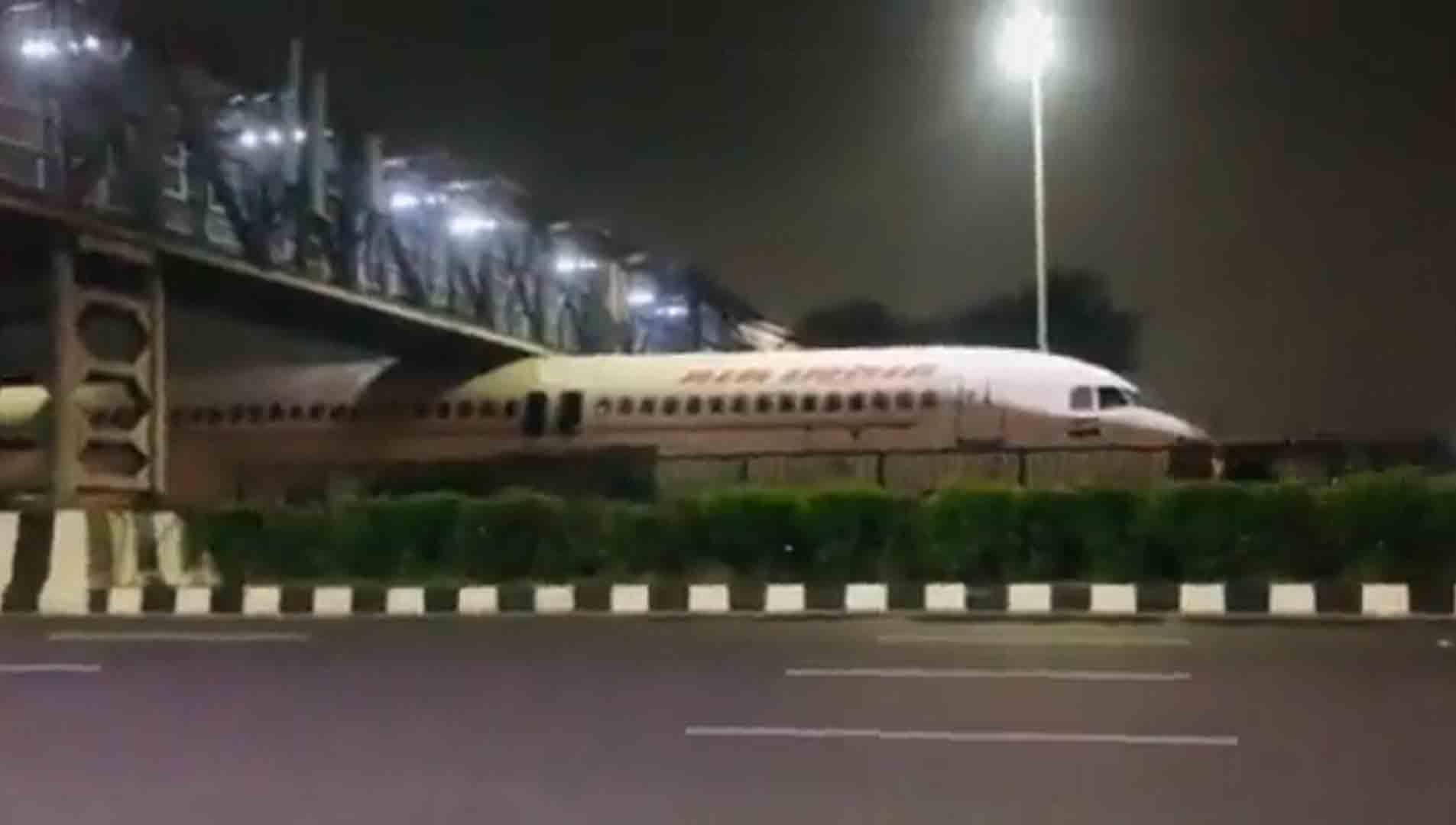 Vídeo de avião preso sob ponte, viraliza nas redes sociais. Foto: Reprodução Twitter