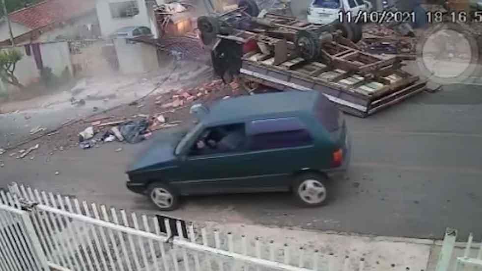 Caminhão sem freio bate em muro e deixa três crianças soterradas no PR; veja o vídeo. Foto: Reprodução Youtube